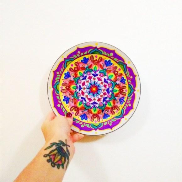 mandalas coloridas em pratos 4