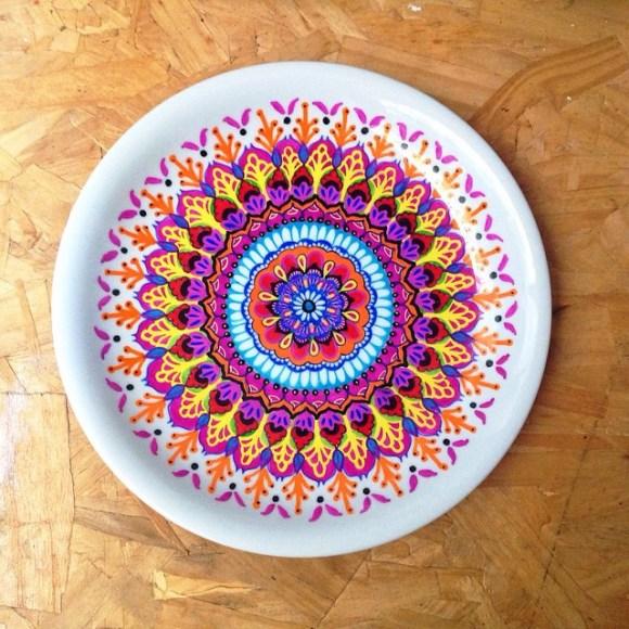 mandalas coloridas em pratos 5