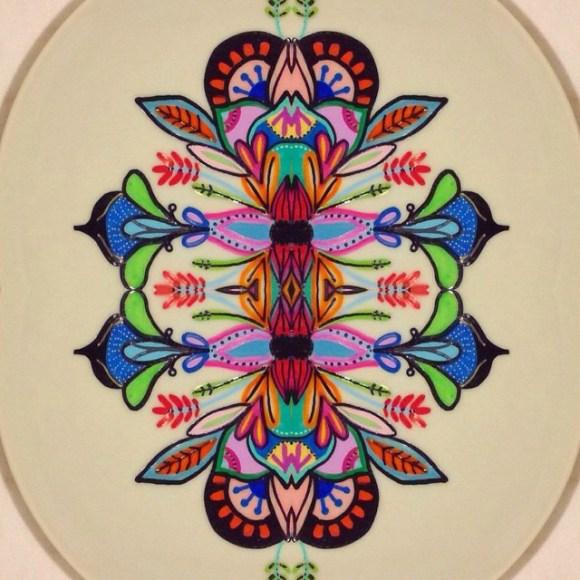 mandalas coloridas em pratos 7