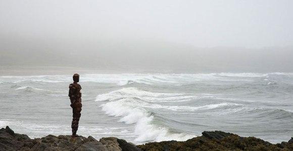 Esculturas de aço em tamanho humano nos convidam a contemplar o horizonte