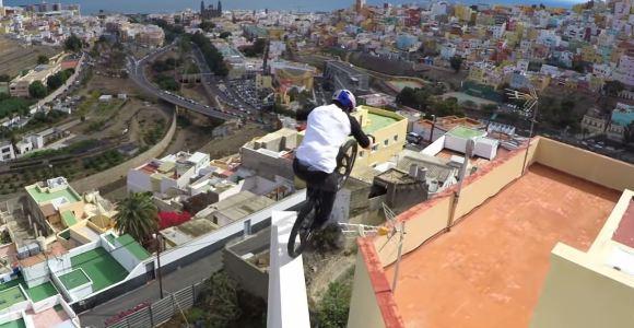 Esse rolê de bike nos telhados da cidade parece coisa de videogame