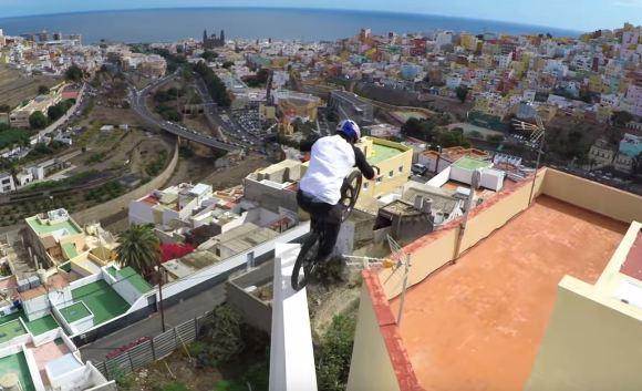 ciclista anda nos telhados