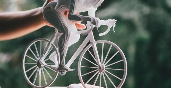 Ela usa 150 peças de papel para criar esculturas de atletas olímpicos