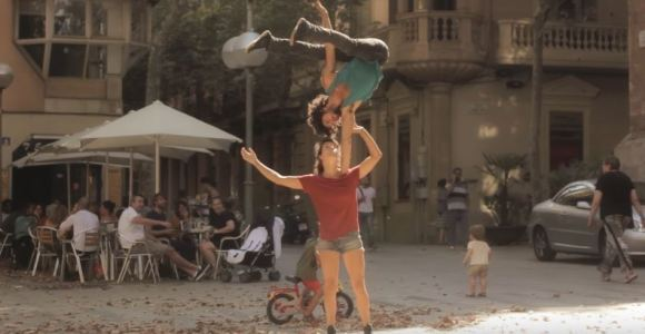 As ruas de Barcelona foram palco para as incríveis acrobacias desse casal