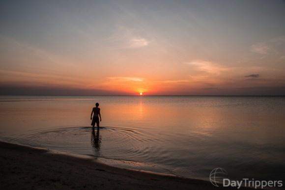 Pessoa vendo o por do sol na Praia de Cururu