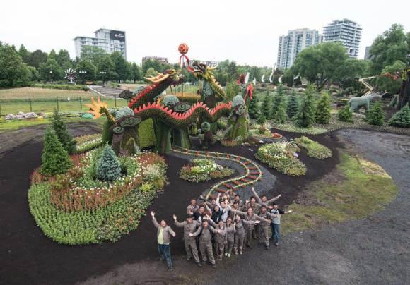 Artistas com os dragões de mosaicultura