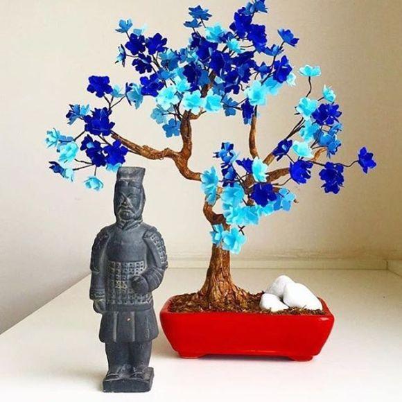 Bonsai azul e guerreiro de terracota