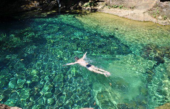 Homem nadando no Poço Azul em Carolina - MA