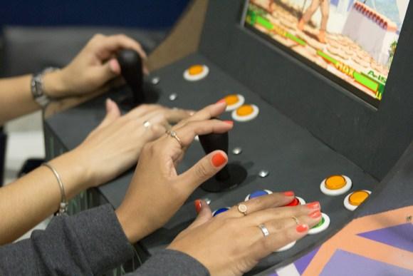 detalhe mãos jogando