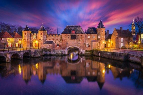 Castelo de tijolos com pontes que acessam-no