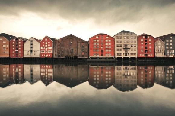 Casas de Trodheim refletidas na água