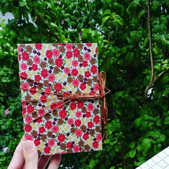 caderno flora a6 contra folhagem