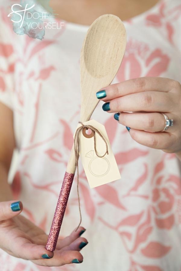 ST_DIY_glam_glittered_wooden_spoon_wedding_favors_0001.jpg