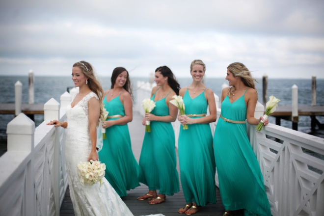 Bride and turquoise brideesmaids