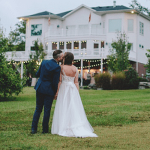 How gorgeous is our bridal blogger, Shea's backyard wedding?! Swoon!!