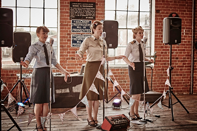 Such a fun and vintage vibe from the daytime entertainment at this fun DIY UK wedding!