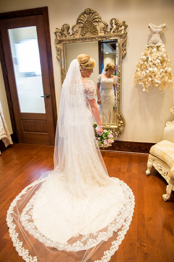 Loving this beautiful Bride's long cathedral veil!