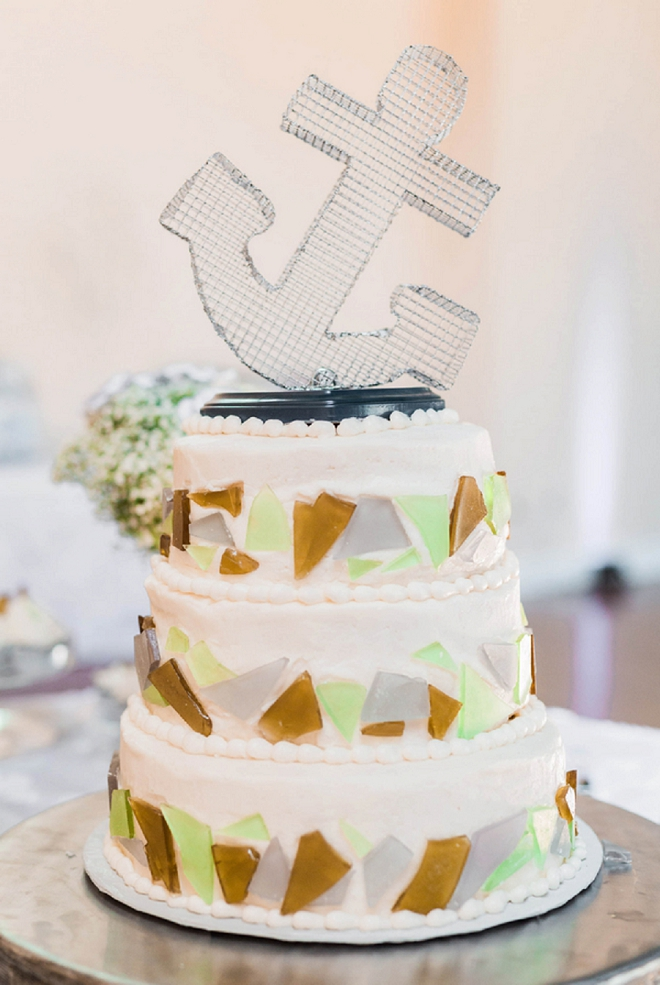 We're loving this couples cake and their DIY'd wedding cake topper!