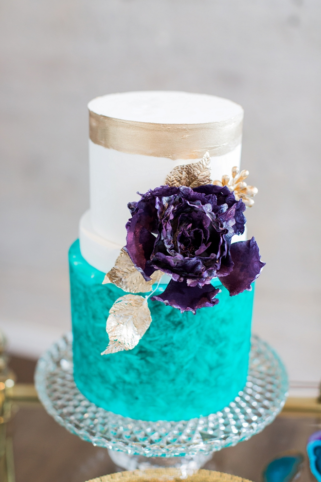 How gorgeous is this gold and turquoise wedding cake?! We love it!
