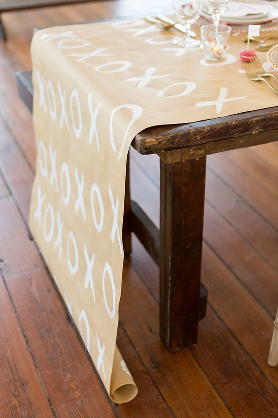 We're loving this xoxo kraft and white table runner!
