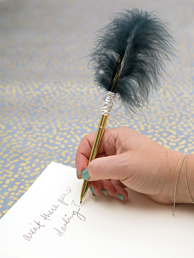 This DIY feather gold pen would be perfect for your wedding guest book!