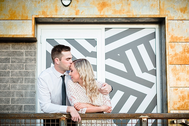 There's nothing more gorgeous than a couple in love in front of a gorgeous urban wall!