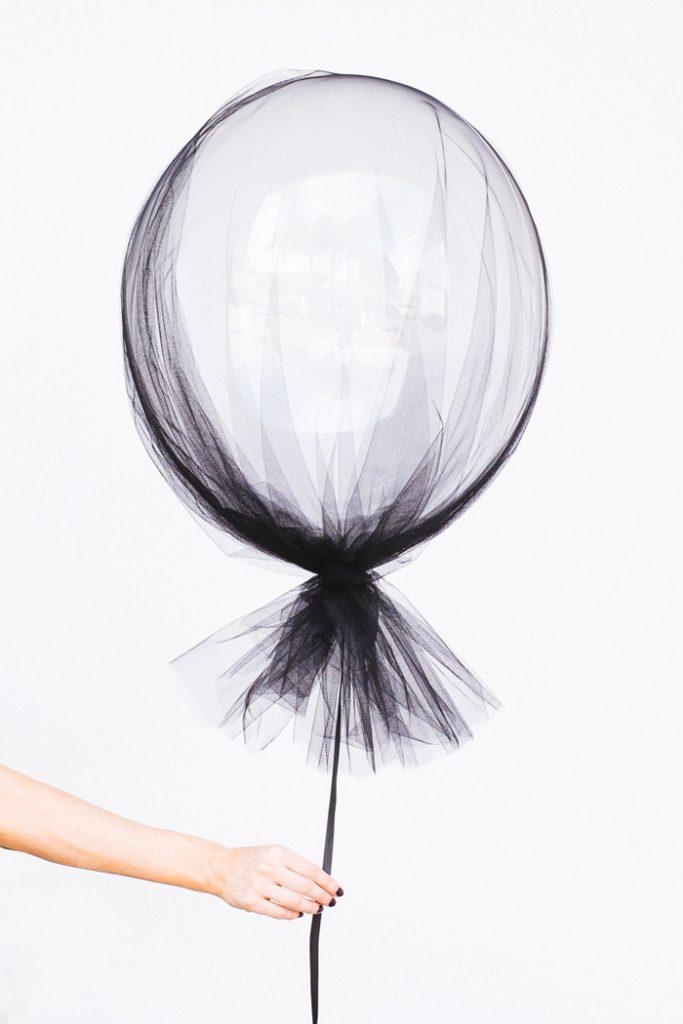 Adoro esse balão DIY. Adicione um pouco de tule sobre um balão e ele muda completamente! Perfeito para um casamento interior ou exterior.