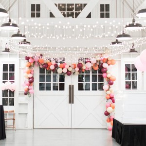 This wedding ballon banner is gorgeous! And it's actually pretty to make yourself as a DIY!