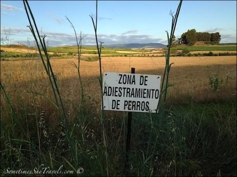 camino de santiago zona de adestramiento de perros sign