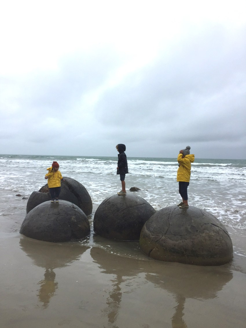 kids on Moeraki boulders