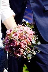 Bröllopsbukett med brudparet
