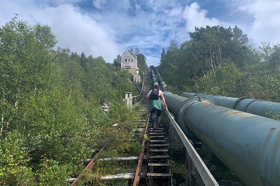Het beklimmen van de Flørli 4444 trap