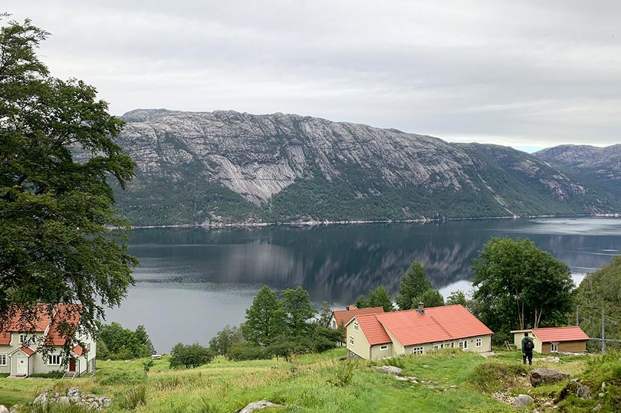 Terugwandelen naar het dorpje Flørli - sommarmorgon.com