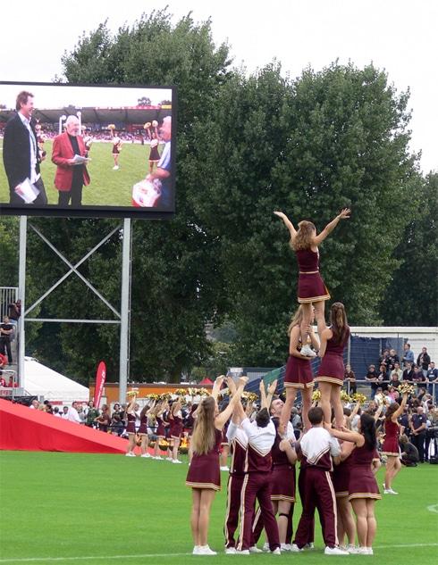 Turm und Stoßvereine zeigen was sie können: Cheerleading beim Tag der Legenden