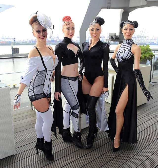 Beautys des Zirkus Charles Knie am Hamburger Hafen