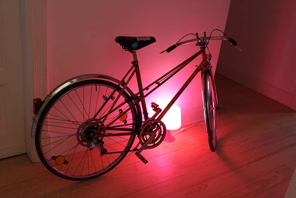 Beleuchtetes Fahrrad in Altbau-Wohnung