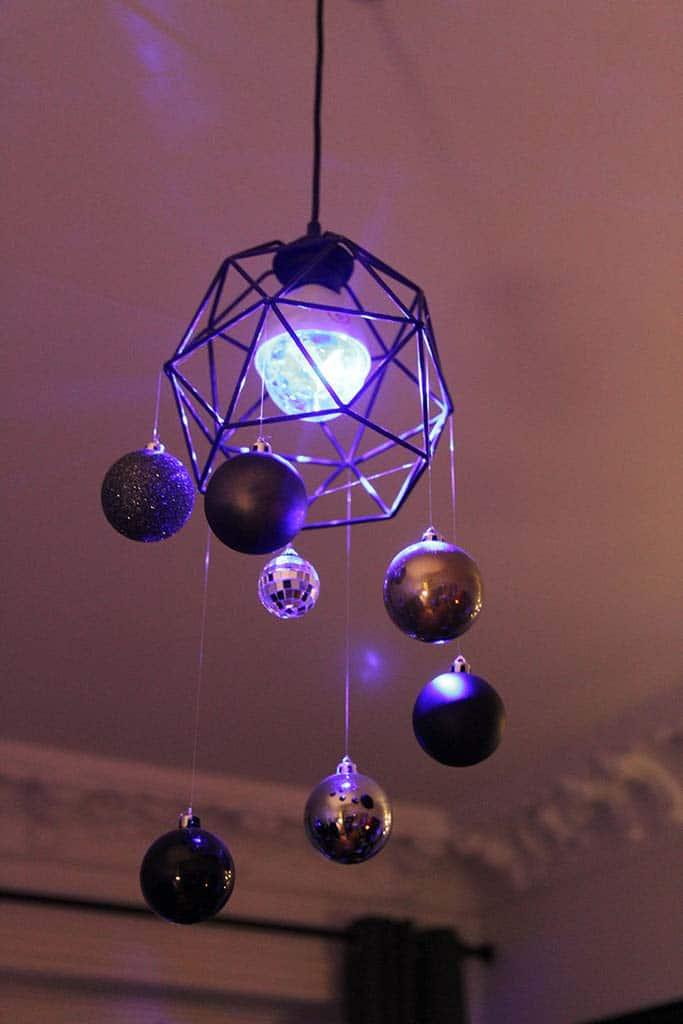 Party-Leuchte im Altbauzimmer