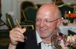"""OSLO 20090526: Sven Egil Omdal ble tirsdag tildelt Gullpennen 2009. Presseprisen """"Gullpennen"""" utdeles hver vår til en medarbeider i dags- eller ukepressen. Det legges vekt på personlig stil og nyanserikdom. Prisen ble utdelt for første gang i 1985. Mediepriser. Foto: Cornelius Poppe / SCANPIX"""