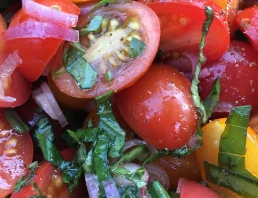 tomatsalat af hjemmedyrkede tomater, løg og urter