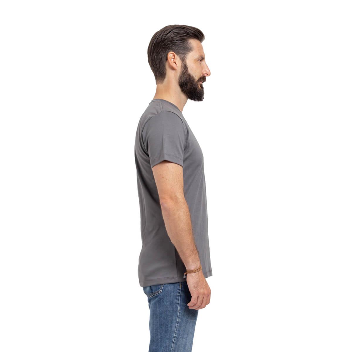 Franela esencial cuello redondo gris hombre lado