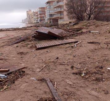 La playa de Tavernes tras el temporal