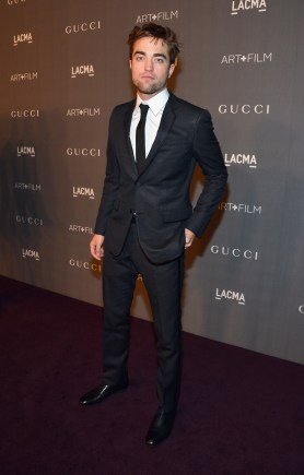 Robert Pattinson Toujours Bien Entouré Au LACMA Art + Film Gala