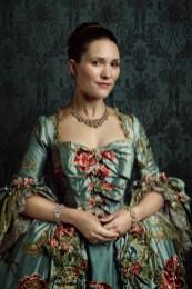 Louise de Rohan - Frivole et pleine de vie, elle fait partie de la Cour de France. Claire se lie d'amitié avec Louise et bien que les deux femmes viennent de mondes complètement différents, elles partagent une amitié authentique.