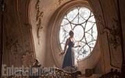 Belle (Emma Watson) dans la salle de bal du château de la Bête