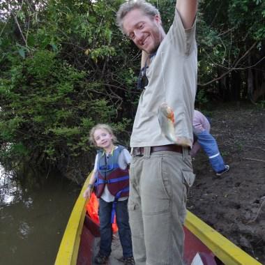 """PN MADIDI / Dans la pampa : à la pêche au piranha. Très vorace ces petites bêtes là… On a pêché un poisson """"normal"""" dont il manquait la moitié, certainement croquée par un piranha dans la seconde précédente. Anna et Ellie avaient pour ordre de ne jamais laisser trainer leur doigts dans l'eau"""