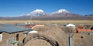 PN SAJAMA / Les volcans jumeaux vus depuis les toits de SAJAMA : Pomerane (6282m) et Parinacota (6342m)