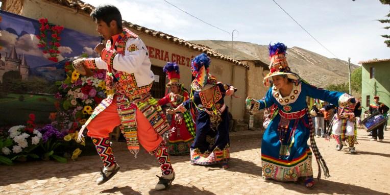 PN TOROTORO / Fête du village : défilé de groupes folkloriques au son des charango et des zamponas (flûtes de pan).