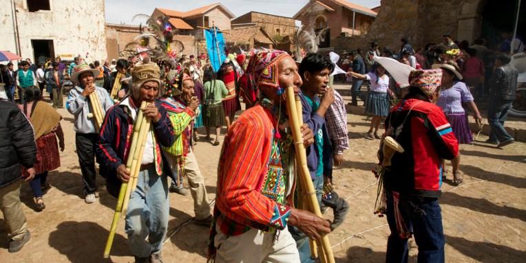 PN TOROTORO / Fête du village : les villageois défilent au son des charango et des zamponas (flûtes de pan).