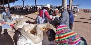 CURAHUARA DE CARANGAS / Marché du dimanche sous les halles ouvertes. A qq jours de la fête nationale, nous y achetons un petit drapeau bolivien qui sera accroché à l'antenne radio du CC.