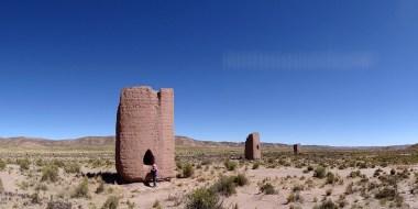 De CURAHUARA à PATACAMAYA / Trois chullpas, ou tours funéraires, construites par des groupes aymara pour abriter les restes momifiés des notables de leur société. Ces tours se dressent par groupes de 3 ou 4 dans un paysage désertique traversé par une antique route qui reliait la jungle au Chili.